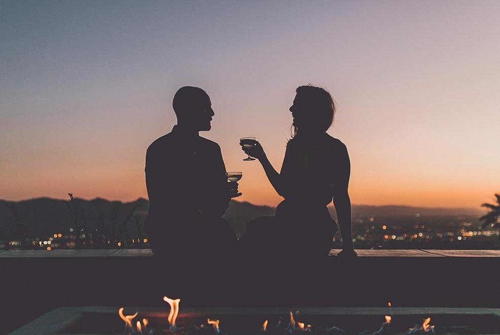 boire un coup au coucher du soleil